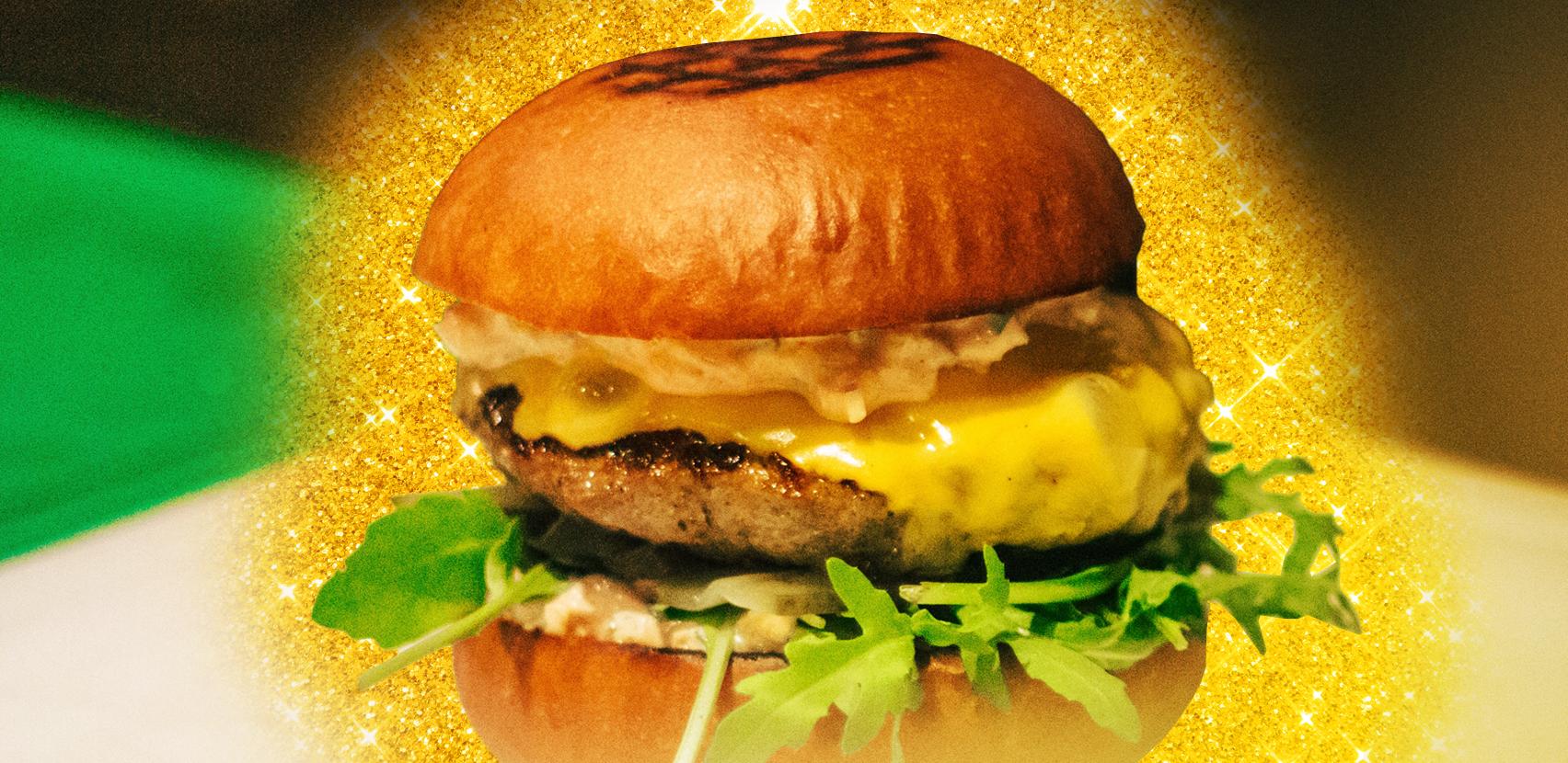 Il modo giusto per mangiare l'hamburger è solo uno. E non è quello che pensavamo